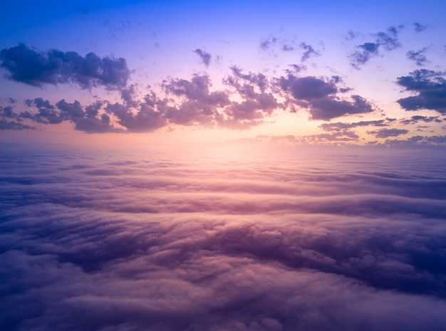 Il cielo sopra le nuvole prima dell'alba. meraviglioso paesaggio paradisiaco.