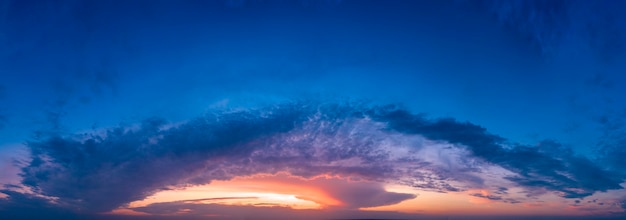 Cielo, alba o tramonto con colori vivaci.