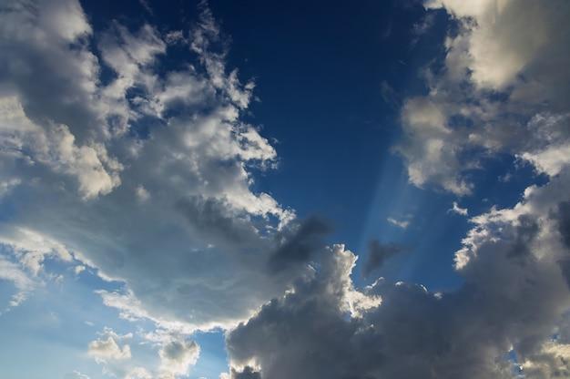 Luce del giorno del cielo cielo blu naturale tra le nuvole soffici