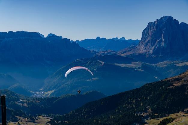 Sky drive con vista panoramica a seceda, val gardena, dolomiti, italia