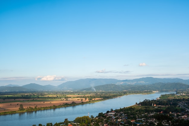 Il cielo ha le nuvole e il mekong river.sky e cloud.white clouds.village vicino al river.border river.river confine thailandia e laos.