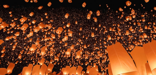 Lanterne del cielo a chiang mai, thailandia. il più bel festival thailandese tradizionale di yi peng (loi krathong)