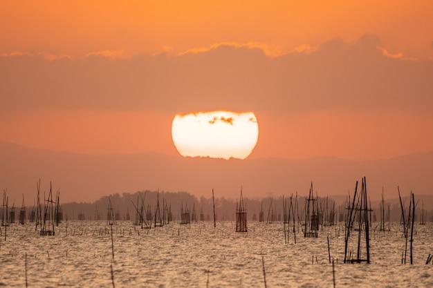 Cielo arancione luce e il grande sole sta cadendo