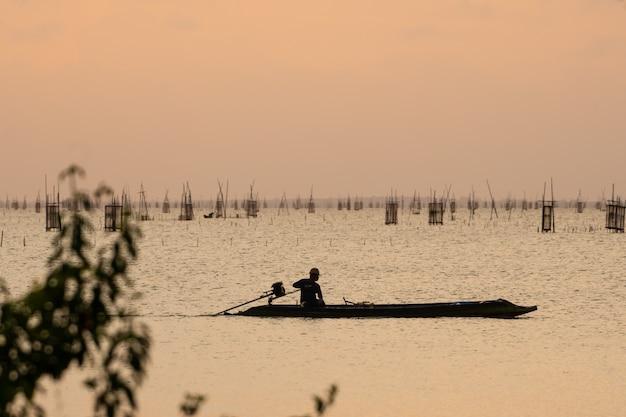 Sky orange light e barca del pescatore