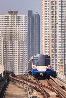Sky train ed edifici sullo sfondo