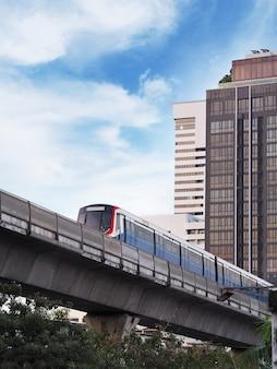 Treno di alianti che funziona sulla ferrovia dentro in città