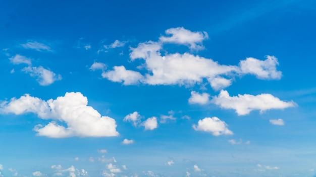 Cielo con nuvole bianche blu alla luce del giorno