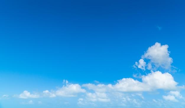 Cielo con soffici nuvole bianche e blu
