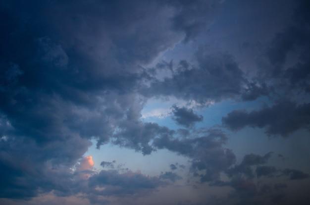 Cielo con nuvole e sole