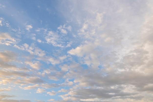Cielo con piccole nuvole al tramonto