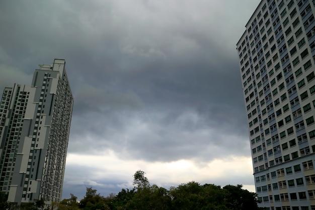 Cielo con spesse nuvole grigie prima di forti piogge nella stagione dei monsoni