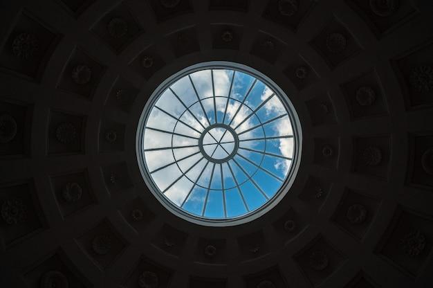 Lucernario. cielo blu con nuvole vista attraverso la finestra rotonda nella cupola del tempio. tempio dell'amicizia. parco pavlovskij. sfondo, concetto di speranza e libertà