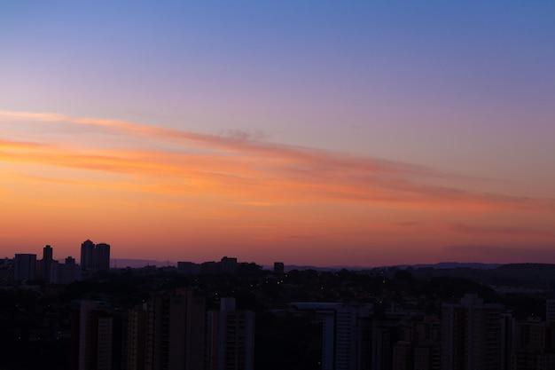 Cielo variopinto dell'orizzonte prima dell'alba. spazio per il testo.