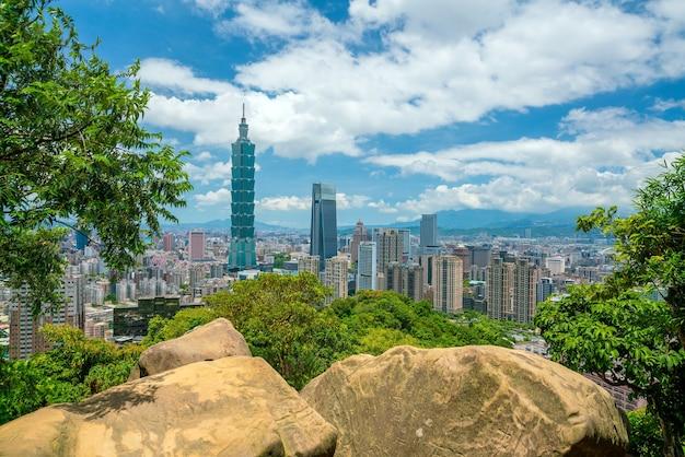 Skyline del centro cittadino di taipei a taiwan con cielo blu
