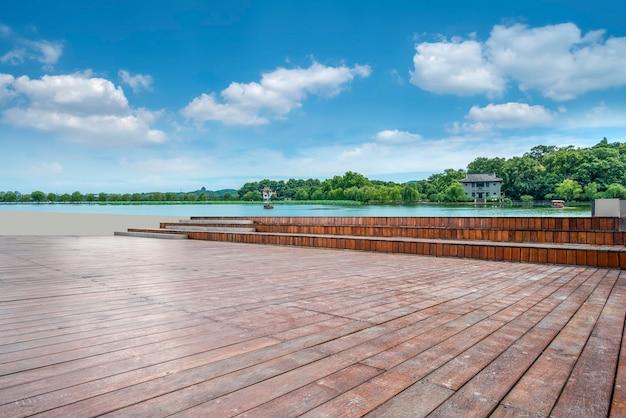 Orizzonte della pavimentazione della piastrella per pavimento e del cielo blu e delle nuvole bianche