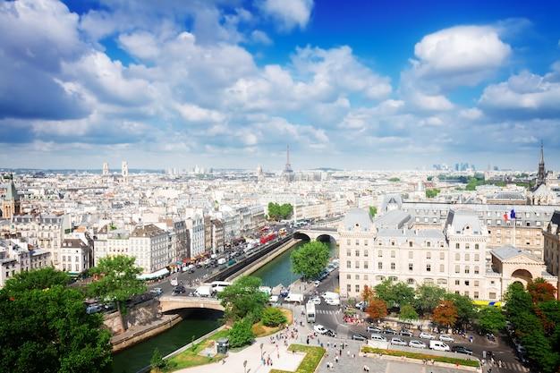 Skyline della città di parigi al giorno di sole estivo, francia, dai toni retrò