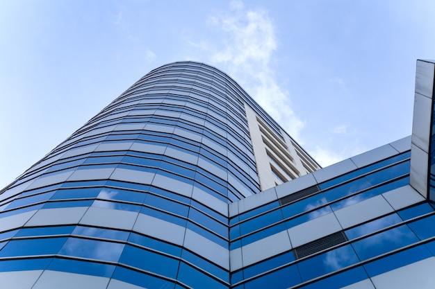 Grattacielo con riflessione di nuvole