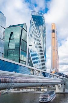 Edificio per uffici moderno di architettura dei grattacieli, stile alta tecnologia della città di mosca, russia