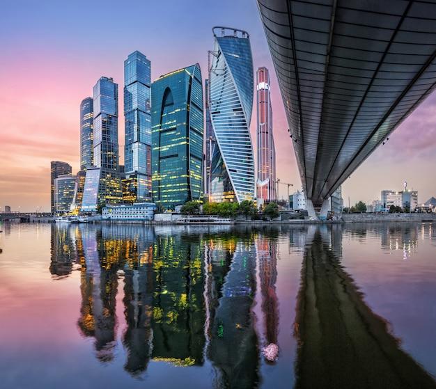 Grattacieli nella città di mosca con la riflessione