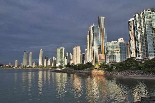Grattacieli sul lungomare della città di panama