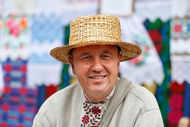 Uno slavo con un cappello di paglia