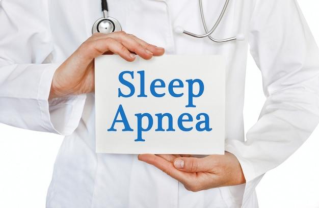 Carta di apnea del sonno nelle mani del medico