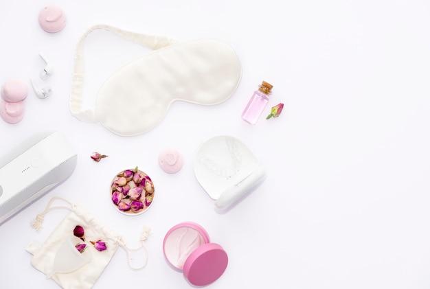 Prodotti per la cura del sonno concetto di trattamenti di bellezza prendersi cura del sonno e dei sogni articoli da donna per un sonno sano sogni color rosa