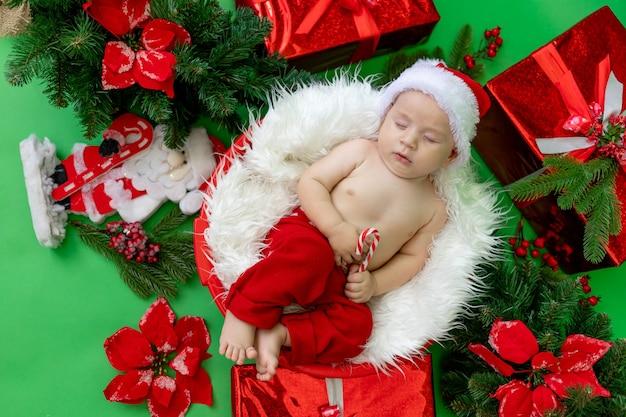 Un bambino addormentato in un costume da babbo natale