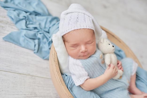 Neonato addormentato. concetto sano e medico. bambino in buona salute, concetto di ospedale e maternità felice. bambino neonato. buona gravidanza e parto. tema per bambini. articoli per neonati e bambini