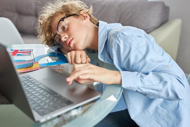 Ragazzo adolescente esausto assonnato vuole dormire