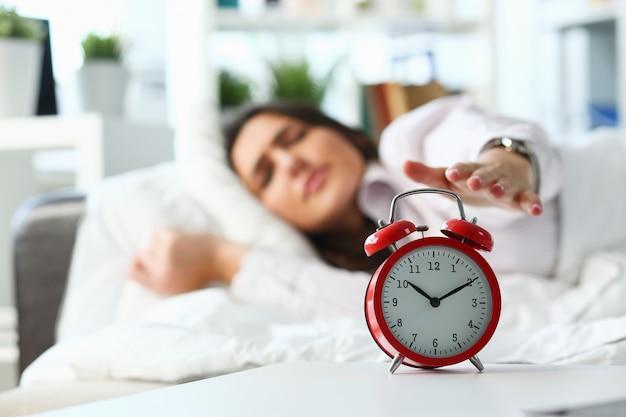 Ritratto sonnolento della giovane donna con uno