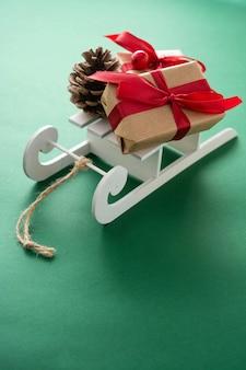 Slitta con regali di natale e decorazioni
