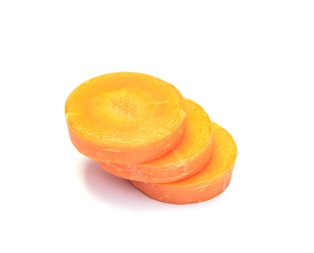 Affettare le carote su sfondo bianco