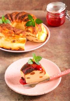 Fetta di cheesecake con uvetta