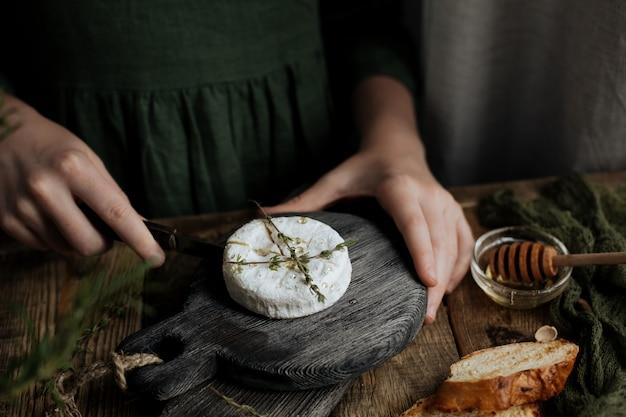 Fetta di formaggio a pasta dura su uno sfondo grigio