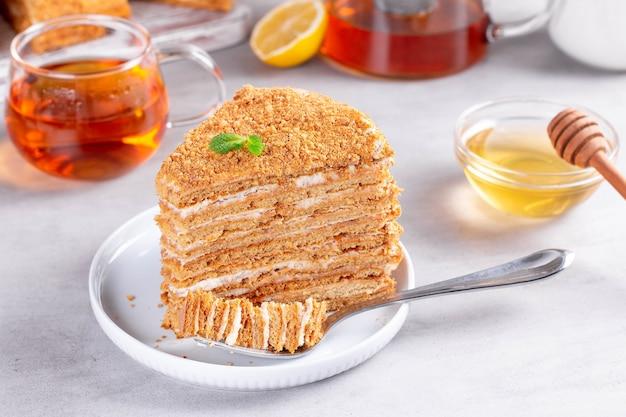 Fetta di torta al miele, fuoco selettivo