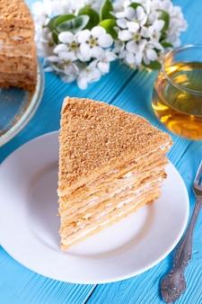 Fetta di torta al miele a strati, fuoco selettivo