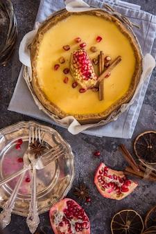 Fetta di cheesecake newyorkese servita con frutti di bosco