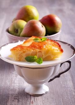 Fetta di torta di pere servita sulla piastra