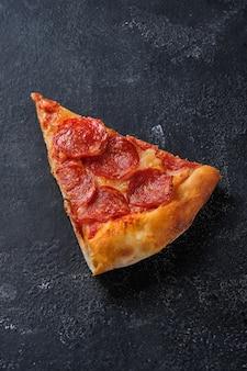 Pizza al trancio di peperoni pizza con salsiccia piccante salsa di pomodoro e mozzarella