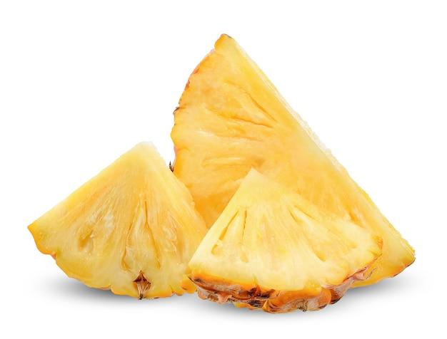 Affetti l'ananas isolato sul percorso di ritaglio bianco