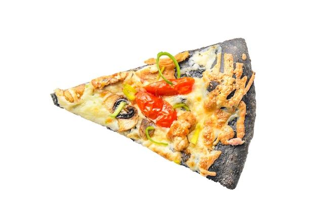 Fetta di pizza su nero nero isolato croccante. vista dall'alto
