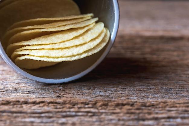 Fetta di patatine fritte in scatola di tubi di carta su assi di legno.foto macro