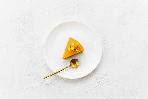 Fetta di torta di zucca su un piatto bianco