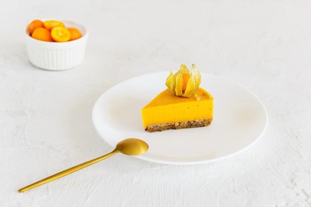 Una fetta di torta di zucca decorata con physalis