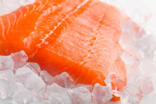 Fetta di salmone crudo in ghiaccio, primo piano