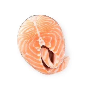 Fetta di bistecca di salmone crudo isolato vista dall'alto. pezzo spesso di pesce rosso fresco o trota
