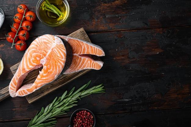 Fetta di pesce rosso salmone alle erbe
