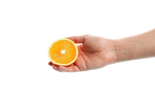 Una fetta di arancia matura in mano isolata su sfondo bianco.