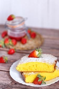 Fetta di shaker lemon pie piatto onwhite con fragole